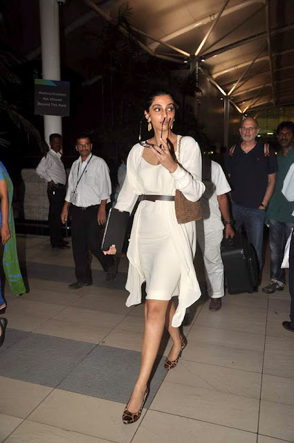 Sonnam Kapoor spotted at Airport gallery