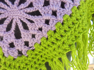 Detalle toquilla morada de ganchillo o crochet