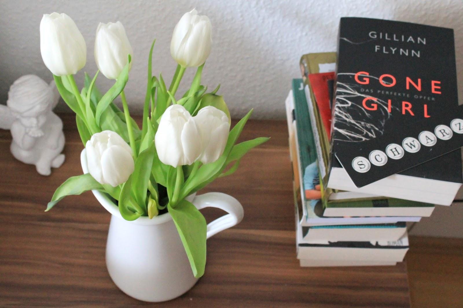 Schlafzimmer Nachttisch Tulpen und Stapel ungelesener Buecher