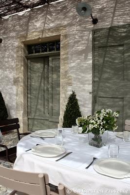 Encadrement de porte en pierre avec chanfrein et accolade