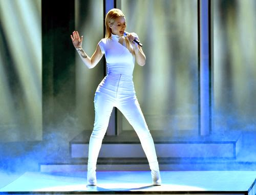 She shows her hot curves | White balancing? Iggy Azalea in tight bodysuit