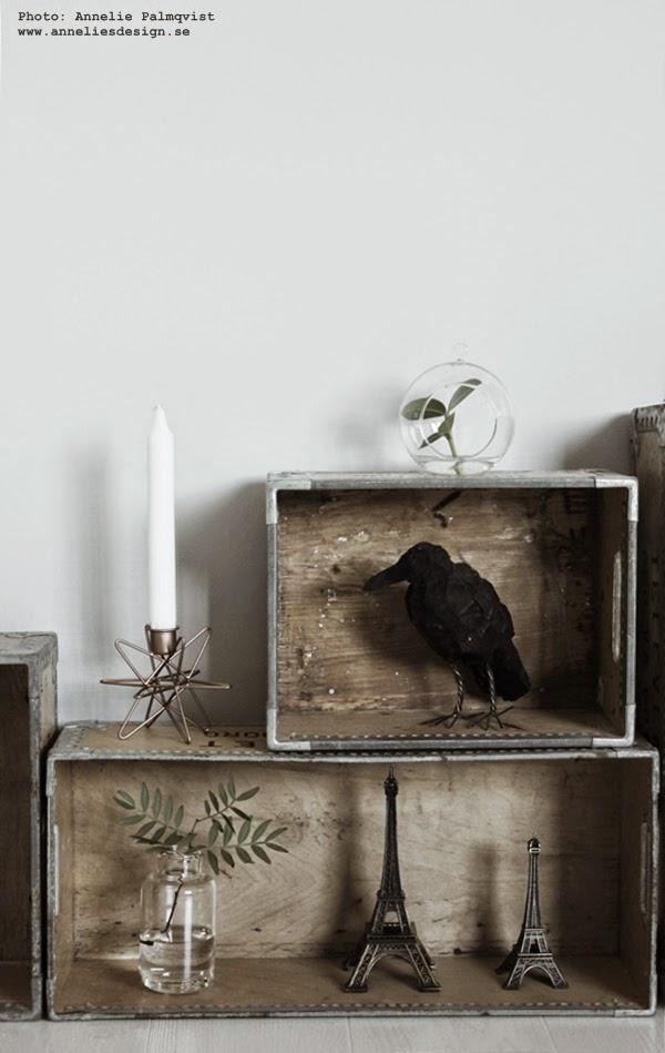 ljusstake stjärna, eiffeltorn, lådor mot vägg, väggen, gråa väggar, korp, arbetsrum, ateljé, inspiration, inredning, inredningsblogg, blogg, bloggar, gröna kvistar,
