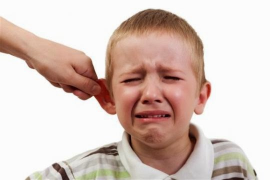 5 Dampak Buruk Akibat Sering Menjewer Telinga Anak