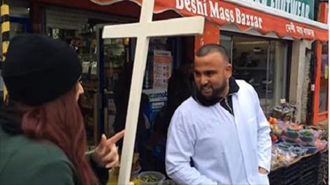 مجموعة من الشباب المسيحيين القيام بجولة تظاهرية مرورا في الاحياء الاسلامية المتطرفة المؤيدة للدولة الاسلامية في احدى مدن بريطانيا