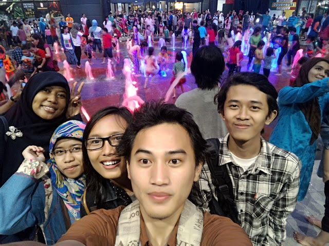 Kopdar Blogger Jabodetabek: Jadi Anak Gaul Tangsel, air mancur aeon mall, aeon mall bsd city, mall terindah di tangsel, mall terbesar di tangerang, mall aeon bsd, anak kecil main air di aeon mall, wahana air di aeon mall, selfie di aeon mall, selfie di aeon mall bsd city, selfie di air terjun aeon mall