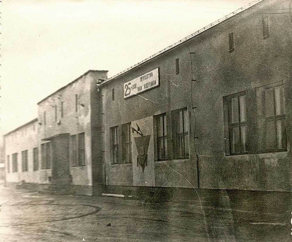 """Końskie, """"Budowa"""", barak murowany z umieszczoną tablicą pamiątkową. Fotografia z 1970 roku w zbiorach KW."""