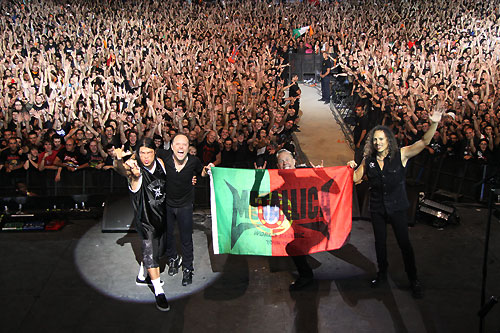 Horns up rocks watch metallicas performance of dont thread on me on may 25 metallica performed at rock in rio lisbon portugal not only did metallica perform its top selling 1991 lp metallica aka the black m4hsunfo