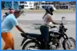 Blondchen versucht einen Wheelie (Funvideo)