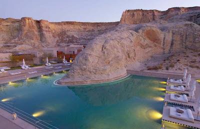 Foto piscina construida entre formaciones geológicas