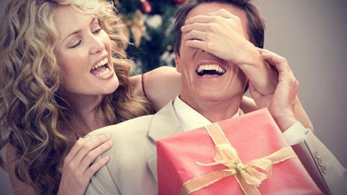 افكار رومانسية لزوجك - امرأة تقدم تفاجىء زوجها  رجل هدية - woman give a man husband a gift