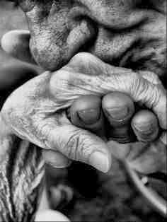 Dłonie starych ludzi, miłość starych ludzi