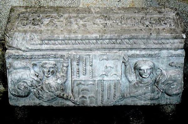 Um dos lados do Tumulo de João Brandão. com armas de Brandão e Pinto (invertidas)