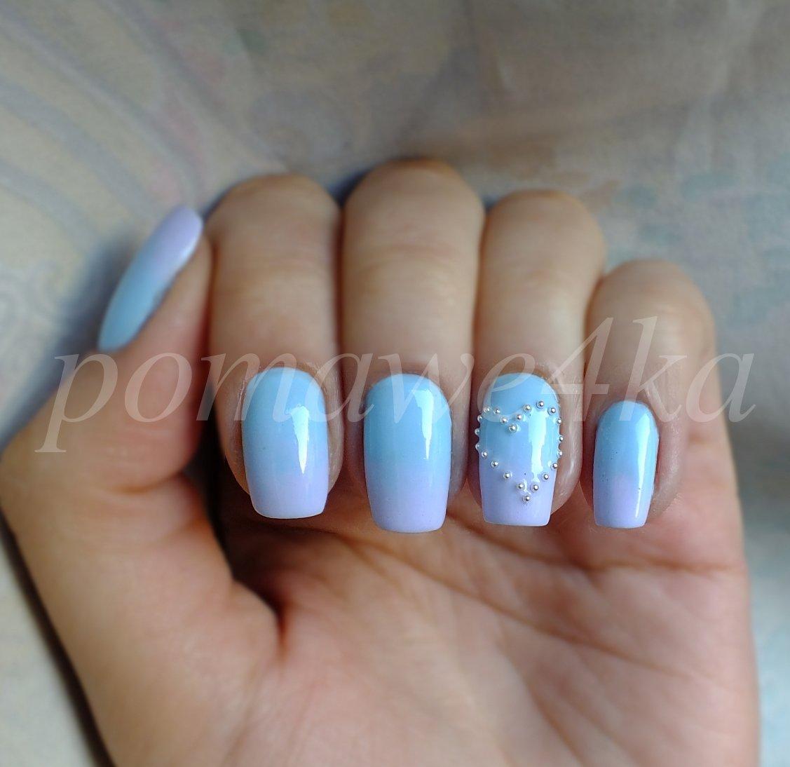 Голубой градиент на ногтях