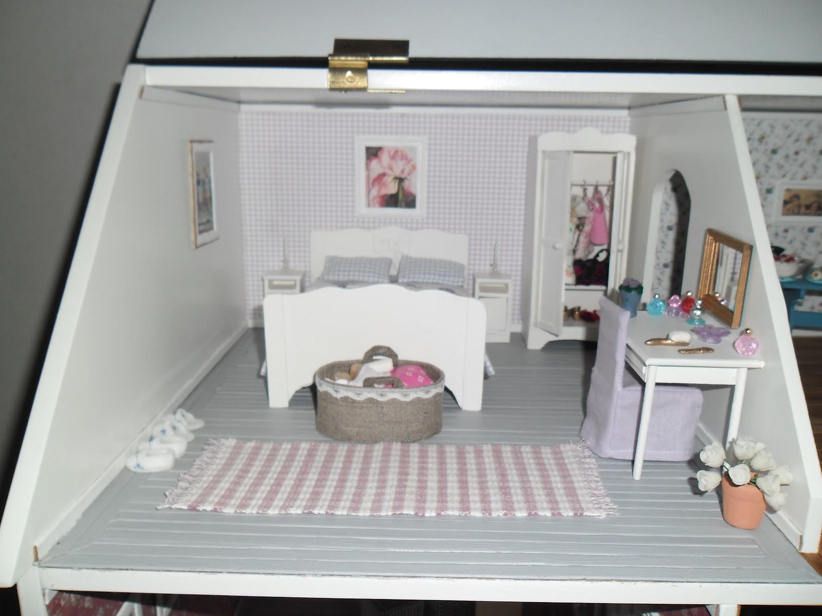 AnneJs miniatyrer: Jag målade golvet i ena sovrummet ljusgrått.