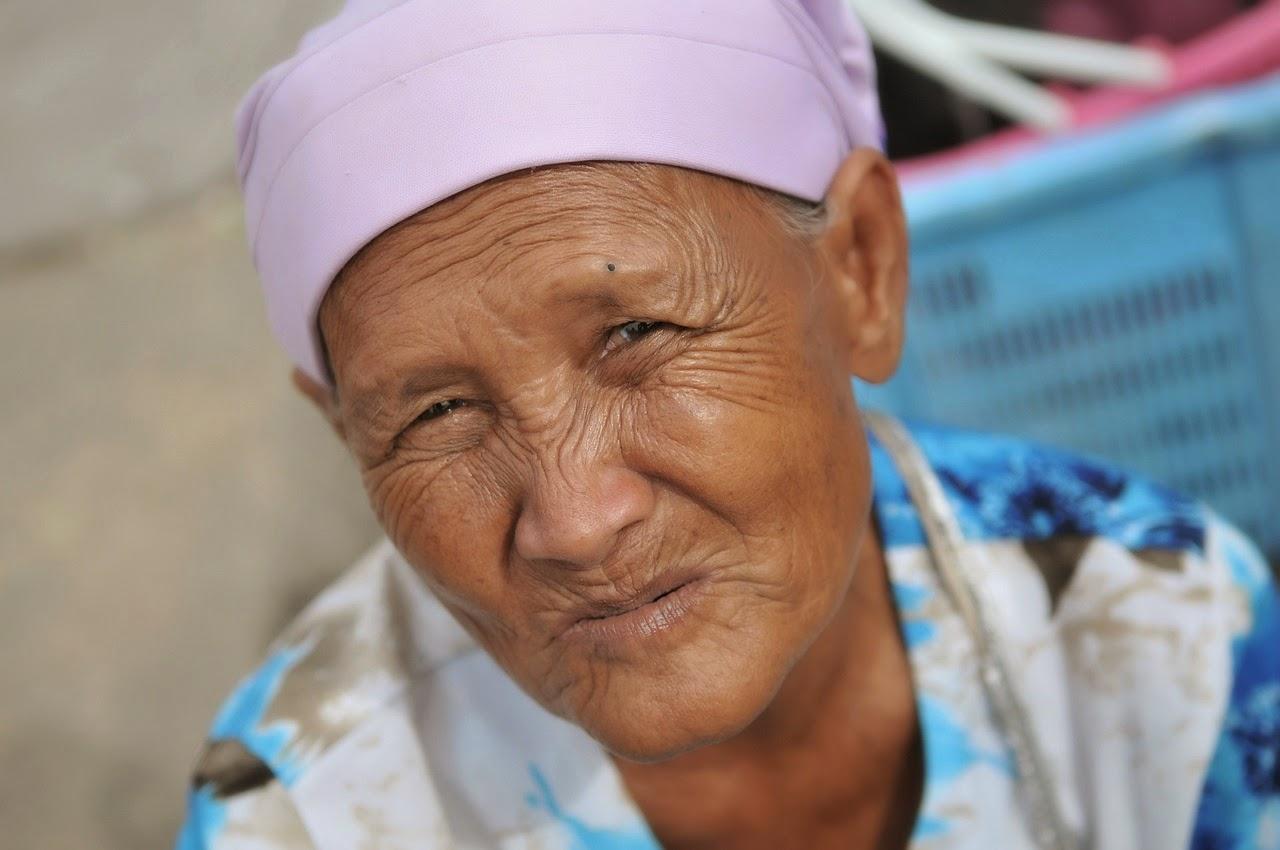 starsza kobieta z pomarszczoną skórą