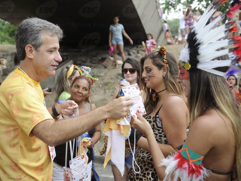 O ministro da Saúde, Arthur Chioro, distribuiu kits com camisinhas - Foto: Tomaz Silva/Agência Brasil