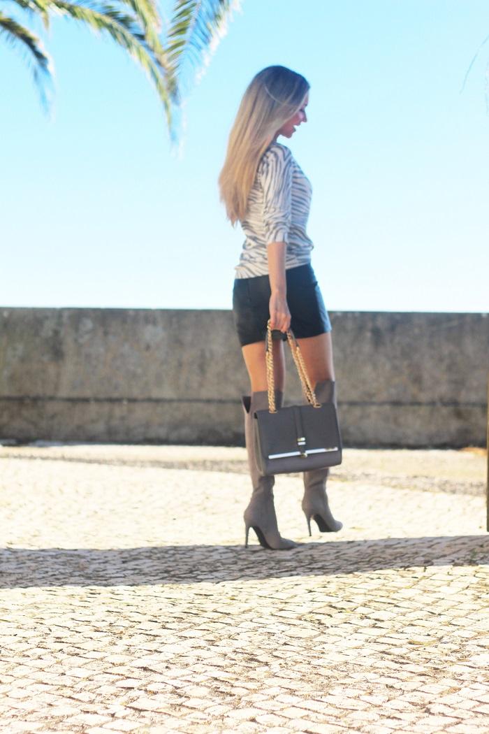 Bom Diaaa, meninas!! No início da semana, apresentei-vos as botas e a carteira que recebi da marca inglesa Little Mistress, com a qual estou a colaborar. Look do dia/Outfit. Grey High boots, over the knee, leather mini skirt, sweater padrão de zebra, cinza, couro. Mango, New Yorker, Accessorize. Tendências, Outono/Inverno 2015 2016. Dicas de Moda. Style Statement. Blog de moda portugal.