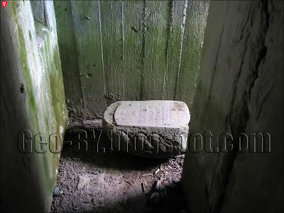 Могильная плита у входа в 31 ДОТ