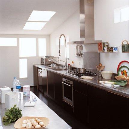 Moderna cocina larga muy bien iluminada c mo dise ar for Cocina larga y angosta