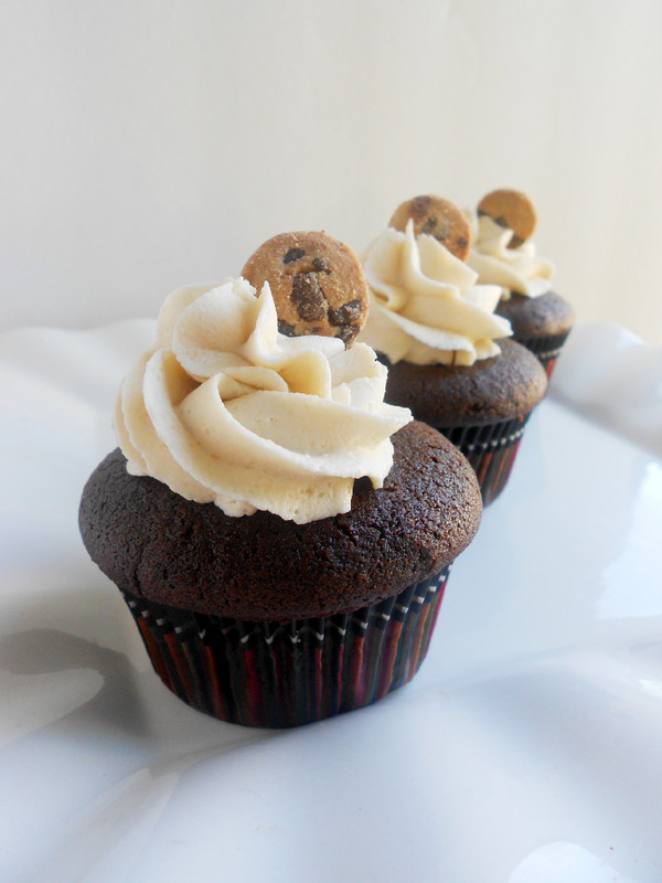 Confessions of a Confectionista: Chocolate Chip Cookie Dough Cupcakes