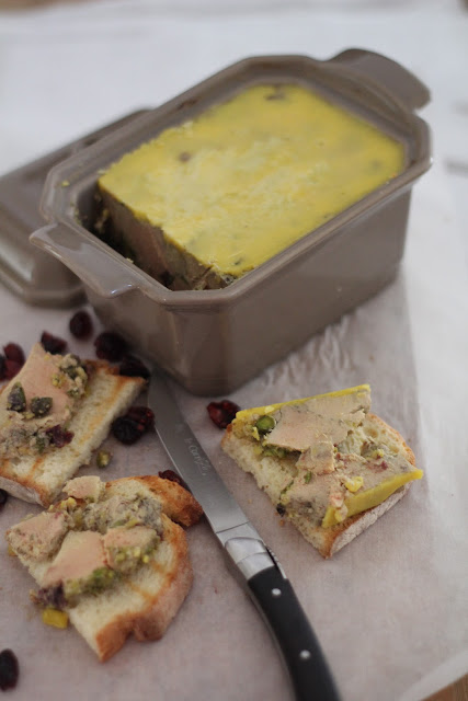 foie gras en terrine ,pistaches, cranberries, cuisson four , noel