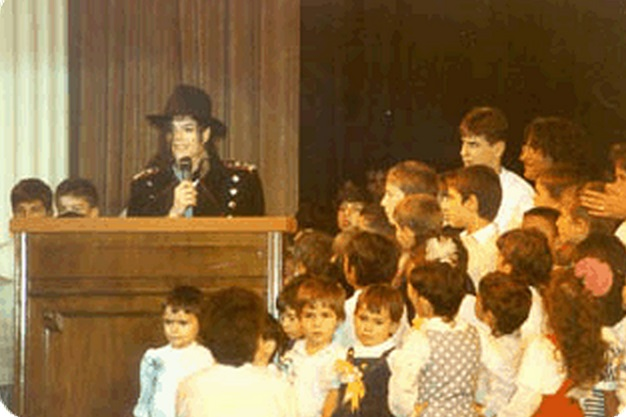 Foto di Michael e i bambini - Pagina 22 Michael+jackson+romenia+1992+bucharest+(4)
