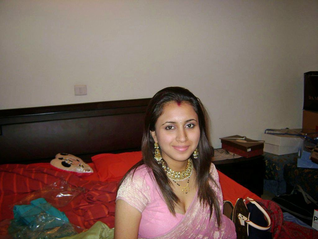 Indian Desi Aunties Showing Cleavage Hot Photos
