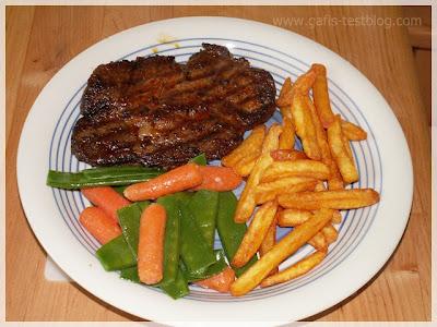 Rib-eye-Steaks mit Zuckerschoten-Karottengemüse und Pommes Frites
