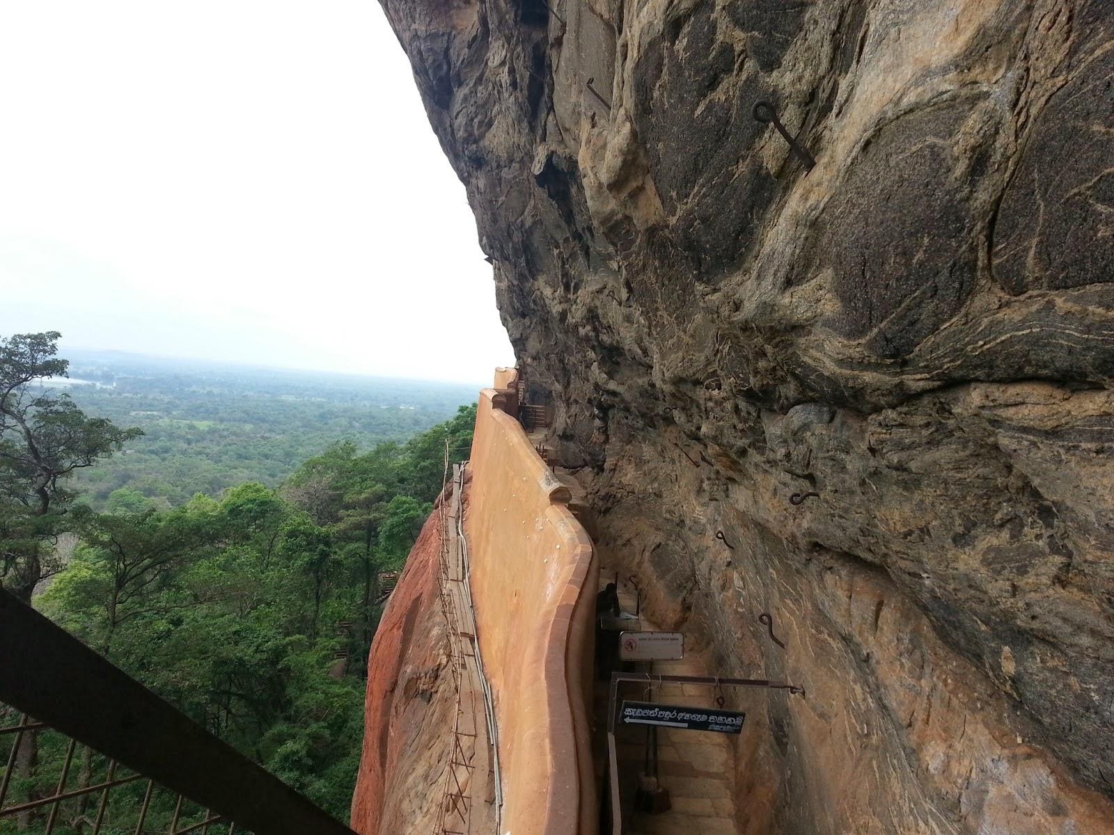 Вид сверху на зеркальную стену, Сигирия, Шри-Ланка, волнистой формы, сделана из фарфора