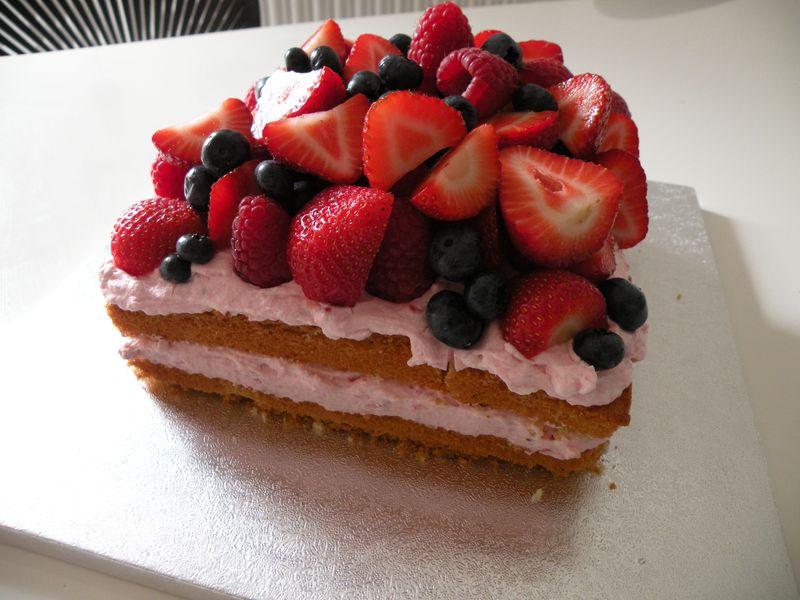 lagkage med friske bær