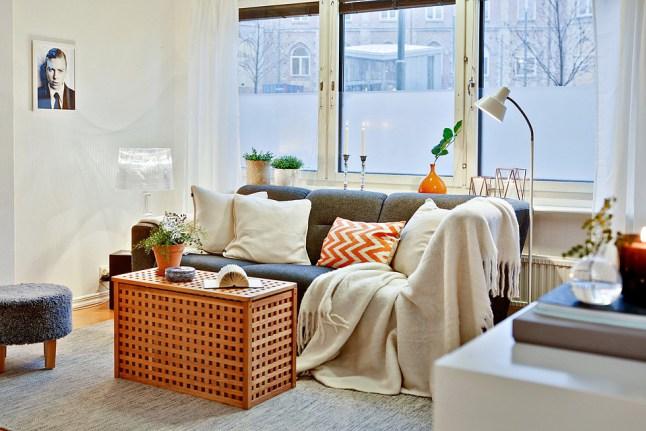 Blanco, naranja y gris para un piso nórdico en invierno