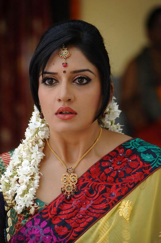 Vimala Raman Cute Saree Photos In Kulumanali Movie Stills Photoshoot images