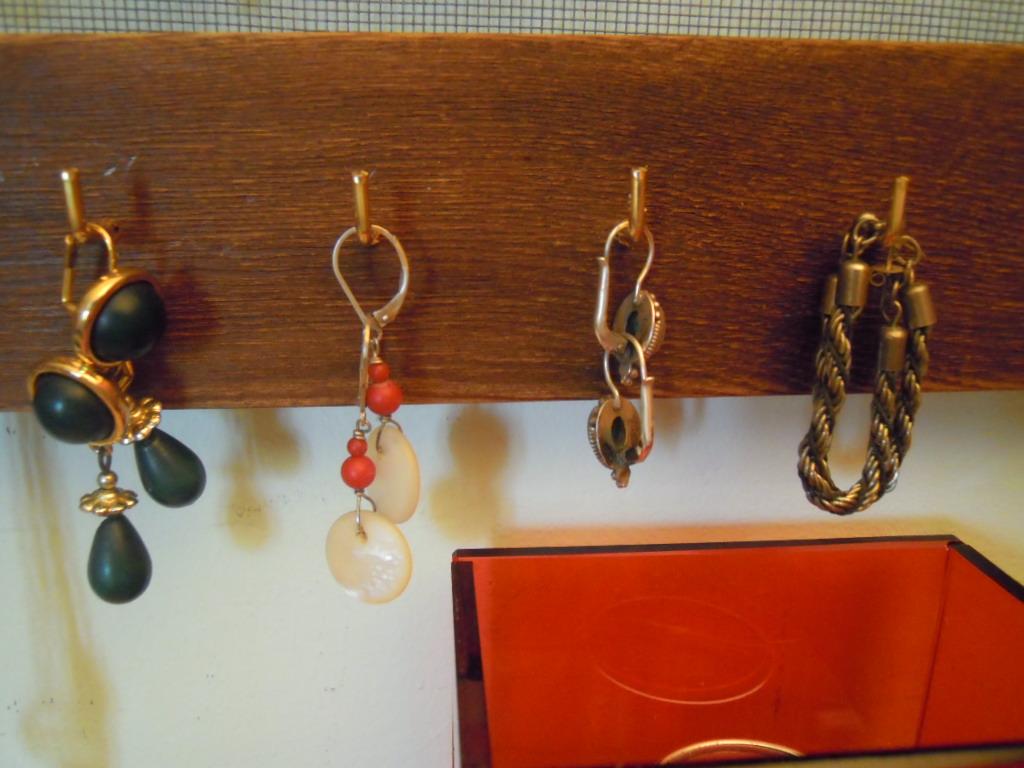 chez scrapotte la f e objet alt r pr sentoir bijoux la suite. Black Bedroom Furniture Sets. Home Design Ideas