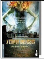 No Pandemonium, a discoteca da moda de Nova Iorque, Clary segue um rapaz muito giro de cabelo azul até que assiste à sua morte às mãos de três jovens cobertos de estranhas tatuagens. Desde essa noite, o seu destino une-se aos dos três Caçadores de Sombras e, sobretudo, ao de Jace, um rapaz com cara de anjo, mas com tendência a agir como um idiota…