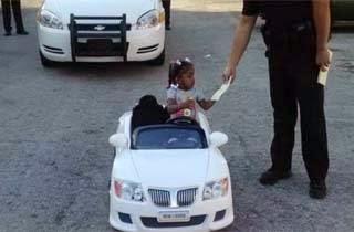 Naik Mobil Mainan, Bocah Ini Ditilang Polisi