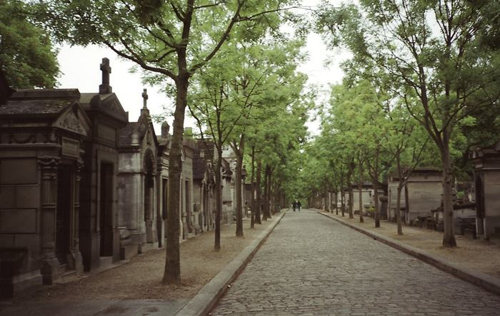 When the history of the Pere Lachaise just beginning, this place has not bore its present name, and was a poor man with gray inconspicuous area streets that literally swarmed with criminals. In 1430, a rich merchant, decided to build a house here, over time, become the property of the monastery. Subsequently, the hill where there was a cemetery, was owned by the Jesuits, and the terrain itself has retained the name of Francois de la Sheza - one of the fathers of the Order.