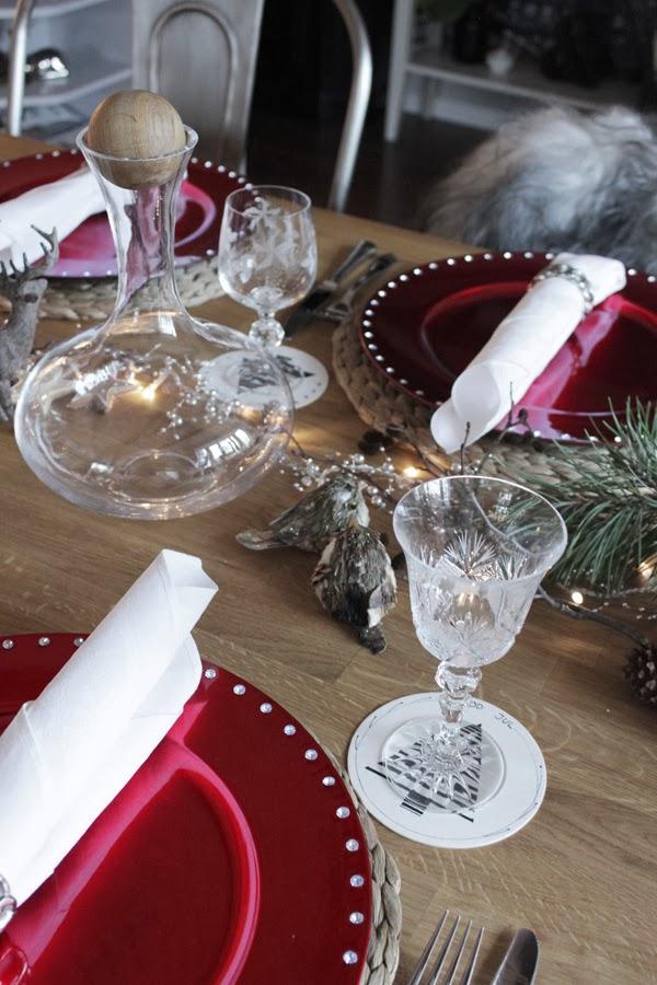 dukning i rött och vitt, ljusslinga till dukningen, linneservetter, servettvikning, servetter med servettringar, dukning, inspiration dukning till jul, julen 2013