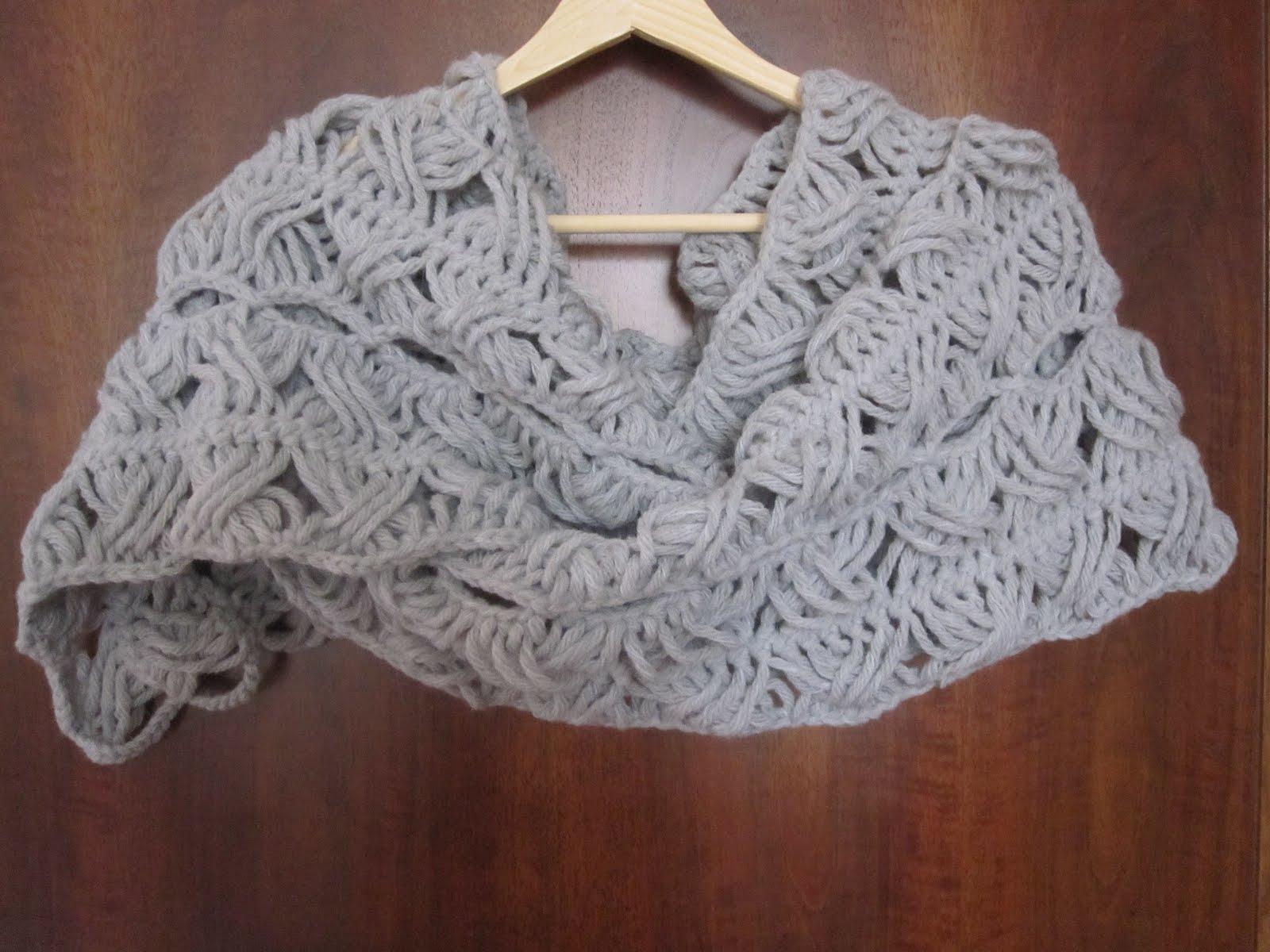 Questa e' una stola in lana fatta con l'uncinetto a forcella, per mia ...