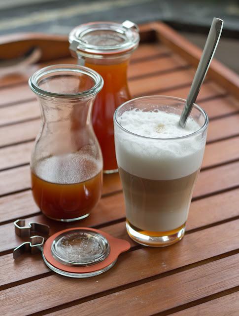frischer Latte Macchiato mit Kürbissirup