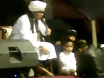 Video Ustad Hariri (Islam KTP) Ngamuk dan Injak Kepala Orang