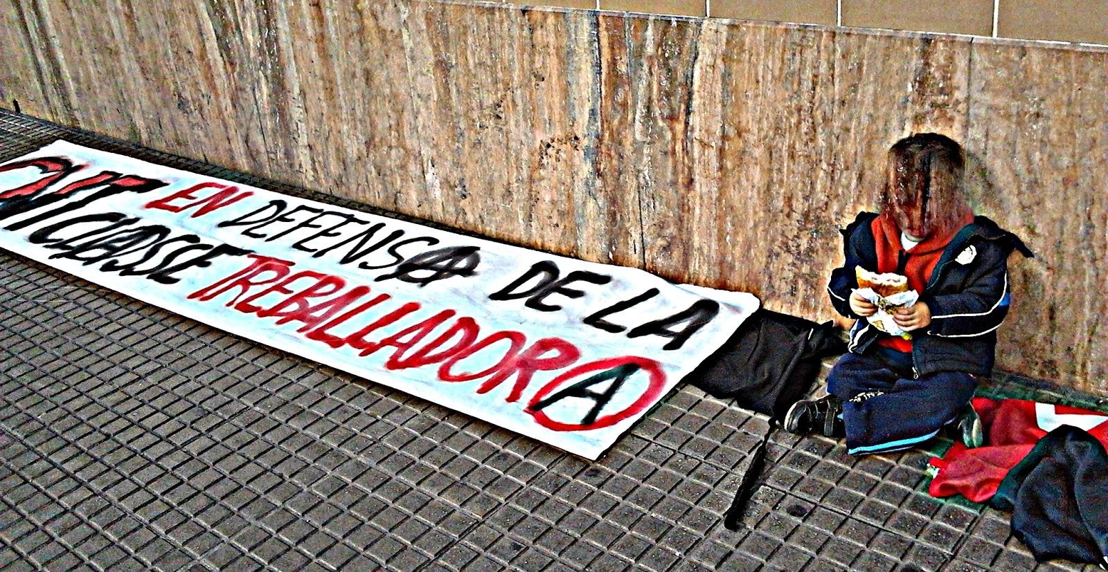 Crónica de la jornada de lucha en solidaridad con l@s compañer@s despedidos de Mercadona   No es la primera vez que Mercadona se encuentra en Gandía a una firme oposición a sus políticas empresariales explotadoras.  El pasado sábado 22 de febrero y enmarcando la acción en la semana de lucha confederal contra esta empresa, la militancia del SOV La Safor de la CNT-AIT volvió a personarse ante el supermercado y se solidarizó con las compañeras y compañeros despedidos por Mercadona bajo injustas acusaciones y calumnias.  Si bien la coincidencia con el resto de sindicatos en la fecha impidió que nos apoyáramos unos a otros en estas concentraciones y el número de militancia presente no era para nada elevado, los resultados obtenidos fueron realmente satisfactorios.  Megáfono en mano explicamos a los transeúntes en qué consistían las políticas empresariales de Mercadona y las relaciones del empresario Roig con la extrema derecha.  Al mismo tiempo aprovechamos para exponer nuestra alternativa anarquista y revolucionaria, afirmando una y otra vez que el sindicato anarquista CNT no se vende ni al estado ni a la patronal y que la Revolución Social es el único camino que nos puede conducir a la superación de esta dramática situación global y a la libertad completa del ser humano.  Aprovechamos también para dirigirnos a la clase trabajadora agrícola de la comarca y hacerles entender que Mercadona es uno de los culpables de la ruina de nuestros campos y cultivos y, por tanto, de la pérdida nuestra autosuficiencia e independencia económica.  Curiosamente y a diferencia de las otras veces no fuimos testigos de la personación de las fuerzas represoras del estado.  Una persona conocida que estaba dentro y nos vio salió para advertirnos de que el encargado estaba llamando a la policía para que acudieran, pero la policía nacional únicamente pasó unas cuantas veces por delante sin llegar a detenerse.   Como anécdota, cuando nos íbamos después de haber terminado con esta acción vimos que