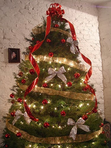 Christmas tree decorated with ribbons - Arbol de navidad decorado ...