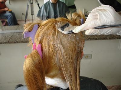 pintando a raiz dos cabelos femininos