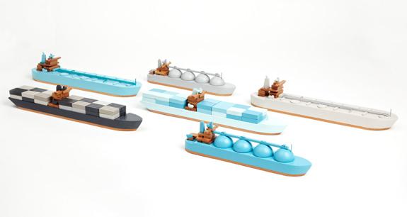 オシャレな木製の船のおもちゃ