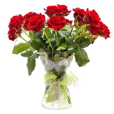 Ramo de rosas rojas en un bonito florero de cristal transparente - Red roses