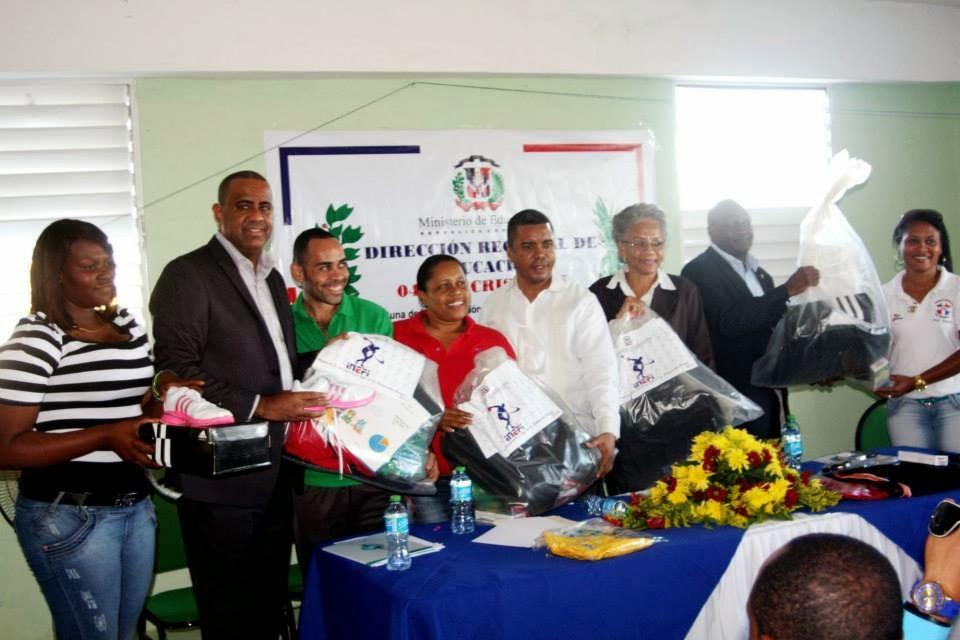 Director del INEFI  hace entrega de kits pedagógicos a Distritos Educativos SC