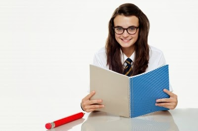 chica joven estudiando para sacar excelentes notas