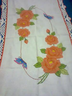 Caminho de mesa com flores e borboletas