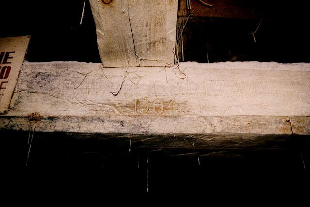 Kopaniny. Belka tragarz z datą postawienia młyna - 1904 rok. Dalsza część napisu będzie odczytana po odszukaniu negatywów. A może ktoś z czytelników sfotografował napis na belce? Fot. KW w 2004 roku.