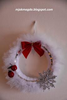 tiulowy wianek świąteczny ozdobny Boże Narodzenia Święta tiul biały śnieżynka z tiulu jabłuszko kokarda srebro zawieszka